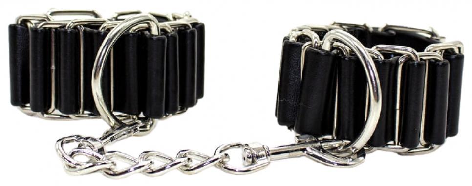 Черные наручники с металлическими кольцами